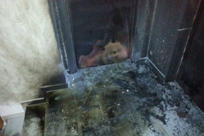 Unos descerebrados prenden fuego a la sede del PP en Ibiza y casi se llevan a varias familias por delante