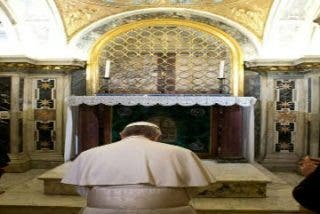 El Papa Francisco reza ante la tumba de sus antecesores