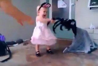 [Vídeo] Una madre casi mata de un susto a su hija de dos años con una araña gigante