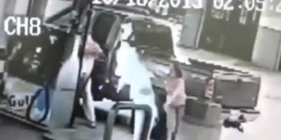 [Vídeo] Prende fuego a su esposa en una gasolinera jugando a lo tonto con un mechero