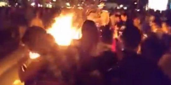 [Vídeo] Se quema vivo atrapado en su disfraz de Halloween entre las risas de la gente