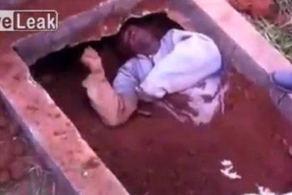 La terrorífica grabación del hombre al que sacan de una tumba tras ser enterrado vivo