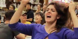 [Vídeo] Orgasmo colectivo de mujeres 'desmadradas' en mitad de un restaurante