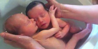 [Vídeo] El enternecedor baño de dos hermanos gemelos que sueñan con los angelitos