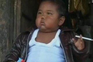 El 'bebé fumador' abandona el vicio y se pasa en plan suicida a la comida basura