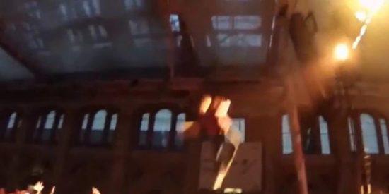 [Vídeo] Un rapero se lanza sobre sus fans haciendo el chorra y les deja hecho cisco