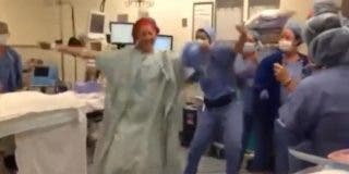 La ginecóloga que baila en el quirófano antes de someterse a una doble mastectomía