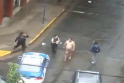 [Vídeo] Roba un taxi con el culo al aire tras huir de la Policía y se la pega contra un árbol