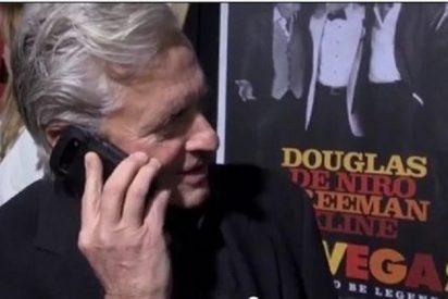 [Vídeo] ¿Quién es el impertinente que llama al móvil de Michael Douglas en mitad de la alfombra roja?