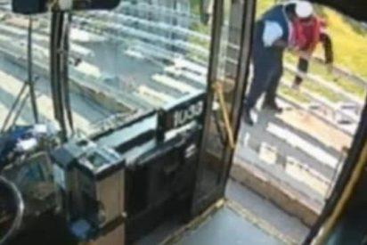 [Vídeo] El chófer del autobús se convierte en un ángel y salva a una chica que quería suicidarse