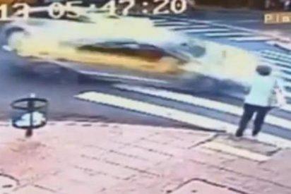 [Vídeo] El increíble atropello de una señora en un paso cebra por un loco 'taxi volador'