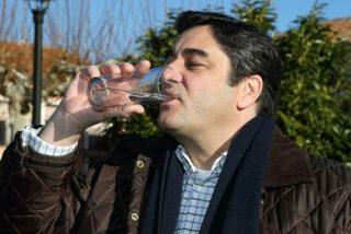 Echániz emula a Fraga y bebe agua de Hiendelaencina para demostrar que se puede beber