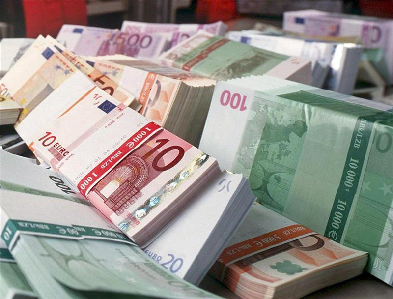 Diez jóvenes devuelven 56.000 € que encontraron en una calle de Granada