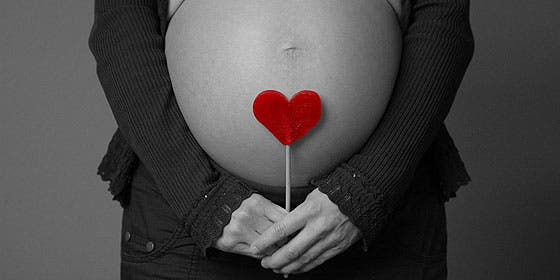 Le quitan el bebé a una turista forzándole una cesárea porque tuvo un simple ataque de nervios