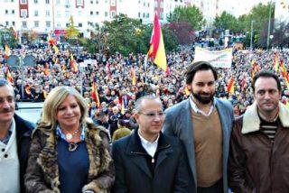 Cánticos, pitos e insultos: Una parte del PP se revuelve contra Rajoy