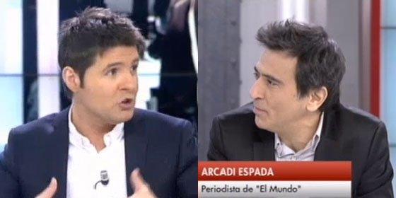"""Arcadi Espada critica la objetividad de Cintora: """"Aquí se habla de privatización y echáis la mano a la pistola"""""""