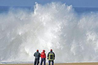 Una ola gigante se traga de repente a siete jóvenes que paseaban por la playa