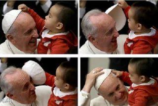 El niño que juega con el solideo del Papa