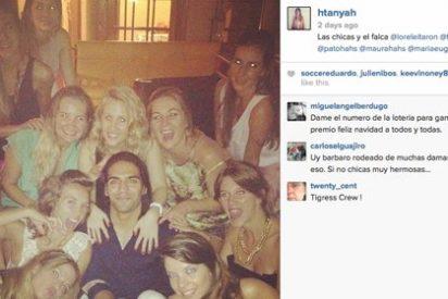 Falcao se fotografia con las amigas de su mujer