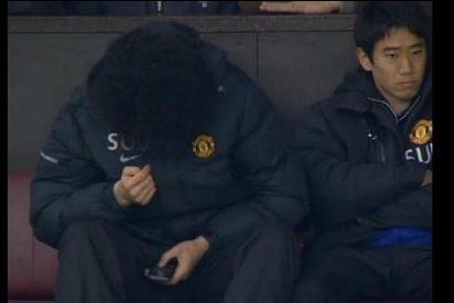 Se entretiene con el móvil mientras su equipo pierde