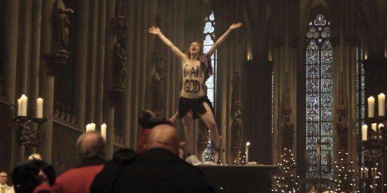 Femen irrumpe a pecho descubierto en la catedral de Colonia