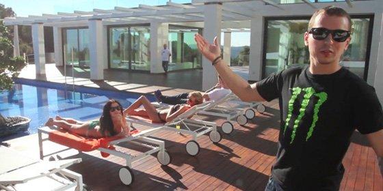 """El entorno de Jorge Lorenzo 'apaga motores': """"Las chicas del vídeo no son putas, son paragüeras"""""""