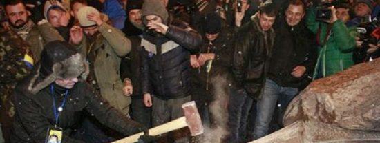 A la 'Revolución Azul' no le tiembla el pulso a la hora de derribar la estatua de Lenin
