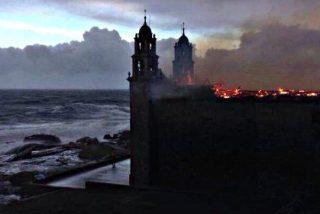 Las llamas provocadas por un rayo devoran el Santuario de A Virxe da Barca en Muxía
