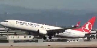 [Vídeo] Un avión choca con su cola en la pista de Málaga y logra remontar el vuelo