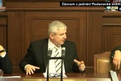 """[Vídeo] 'Pillada' al primer ministro en la TV checa: """"No quiero ir al funeral de Mandela"""""""