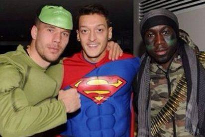 Özil sorprende en la fiesta de disfraces del Arsenal