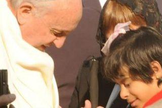 Francisco bendice el bastón de una niña ciega durante la recepción a la ONCE