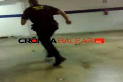 "[Vídeo] Así destroza a patadas un policía de Ibiza lo incautado a un ""señor negrito"""