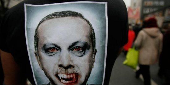 Erdogan cambia a 10 de sus ministros tiznados de corrupción