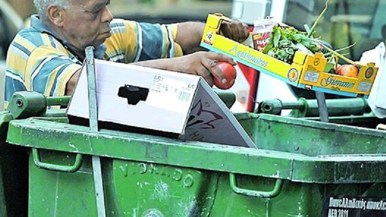 Multan a un vecino de Barcelona con 90,15 euros por mirar un cuadro en la basura