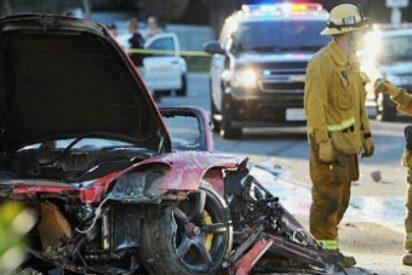 Roba un trozo del coche en que murió Paul Walker aprovechando un semáforo en rojo