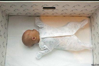 Descubra por qué los bebés de Finlandia duermen en cajas de cartón