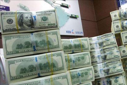 Argentina se va a dormir con un peso por los suelos y se despierta con el dólar al alcance de la mano