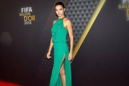 La 'raja de la falda' de Adriana Lima... ¡desata pasiones!