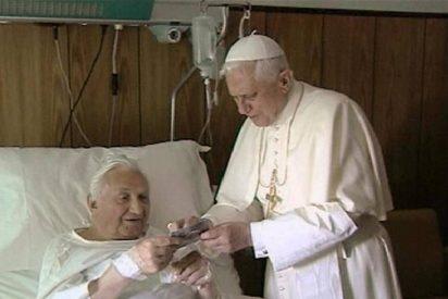 Benedicto XVI visita a su hermano, ingresado en un hospital de Roma