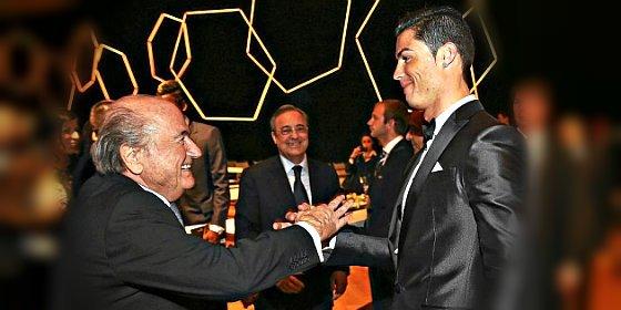 Joseph Blatter, presidente de la FIFA, se 'cuadra' ante el comandante Cristiano Ronaldo