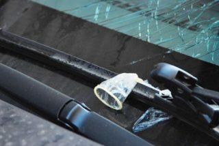 Le cae encima un condón usado desde un edificio y le rompe el parabrisas del coche