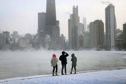 La ola de frío que azota EEUU convierte el lago Michigan en una 'gran pista de hielo'