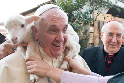 El Papa con un cordero al cuello