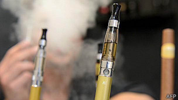 El humo de los cigarrillos electrónicos, mal que pese, contiene una de nicotina de espanto