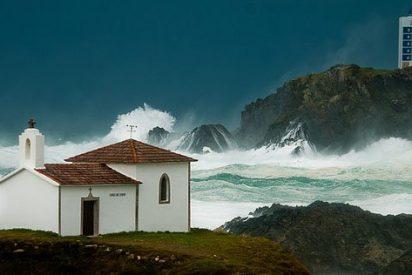 Desaparecen tres personas engullidas por una enorme ola en Coruña