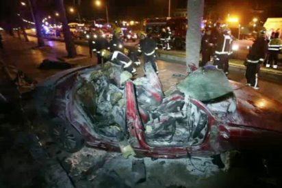 Mueren carbonizados dos vecinos de La Soledad al chocar su coche contra una palmera en el Paseo Marítimo