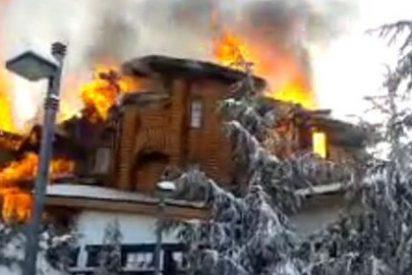 Un espectacular incendio arrasa un hotel en la estación de esquí de Sierra Nevada