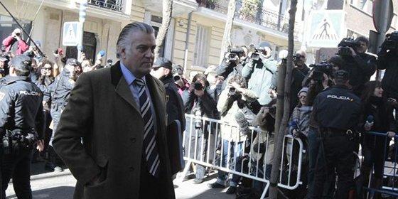 Bácenas cambia de blanco y apunta ahora a su antecesor, Álvaro Lapuerta