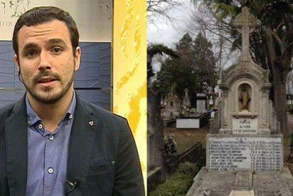 Una víctima de ETA hace añicos a Alberto Garzón (IU) con la foto de la tumba de su padre